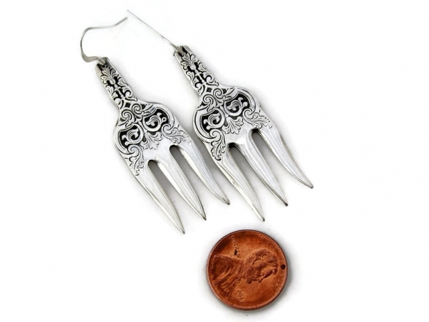 Alhambra cocktail fork earrings size comparison